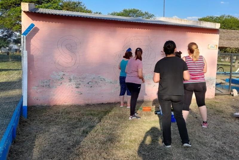 En marcha creación del mural con materiales reciclables